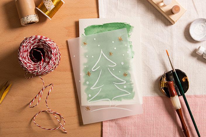 Grüne Weihnachtskarte mit Weihnachtsbäumchen und Bastelwerkzeuge für wie Weihnachtskartenaktion Bambi für Senioren
