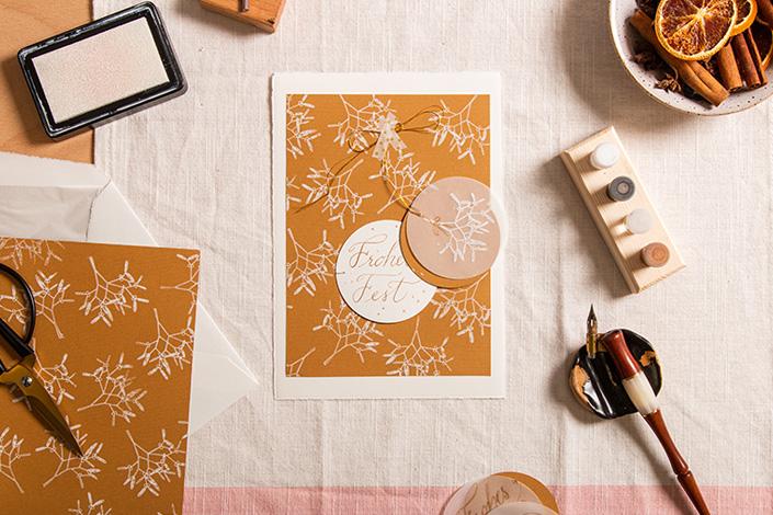 Weihnachtskarte, Stempel und Kalligrafiefeder auf einem Schreibtisch