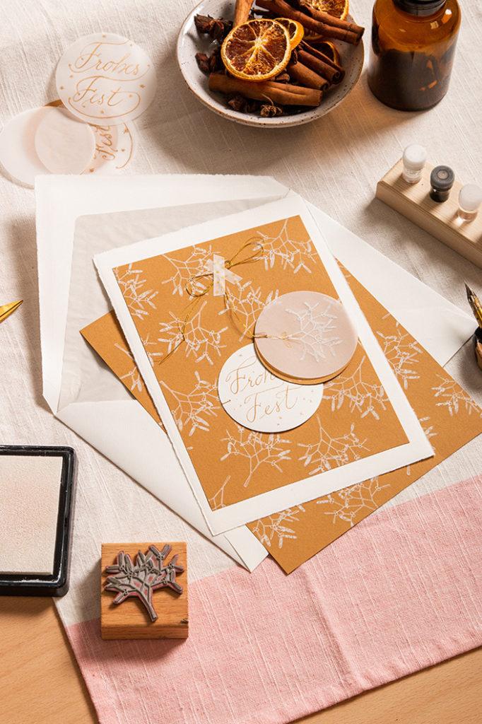 Weihnachtskarte mit Stempelset für das Stempel floraler motive auf zimtfarbenem Strukturpapier