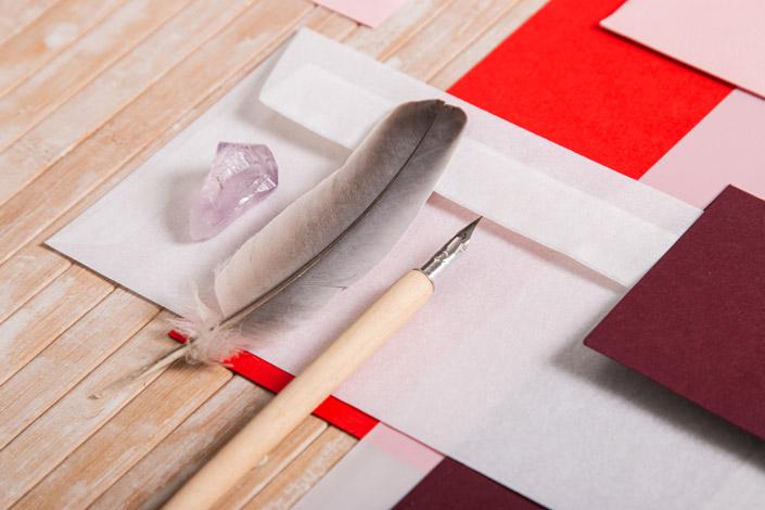 Sommerliche Papeterie mit weißen und roten Papieren
