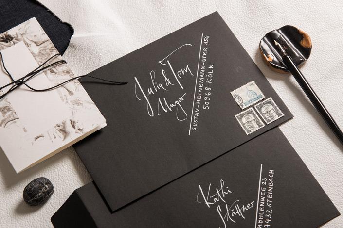 Schwarze Bindfadenkuverts mit weißer Kalligrafie