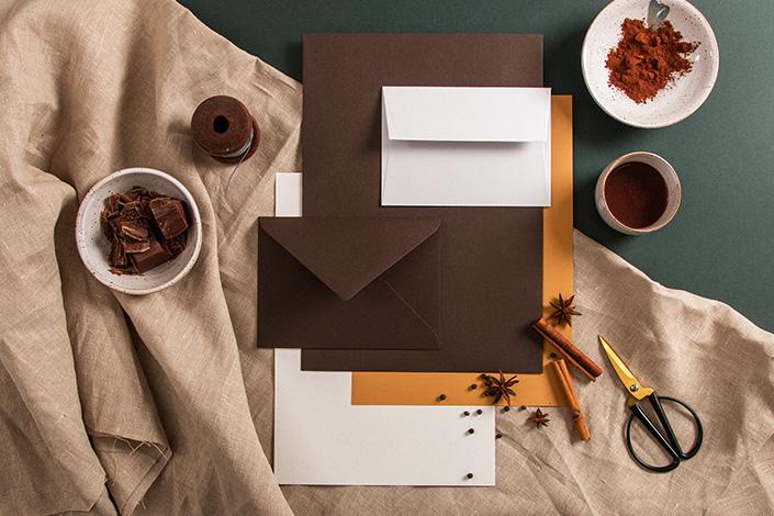 Flatlay Foto der Colorpalette rund um Colorplan Bitter Chocolate
