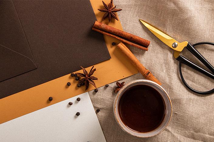 Detailansicht der Papeterie und Becher mit heißer Schokolade