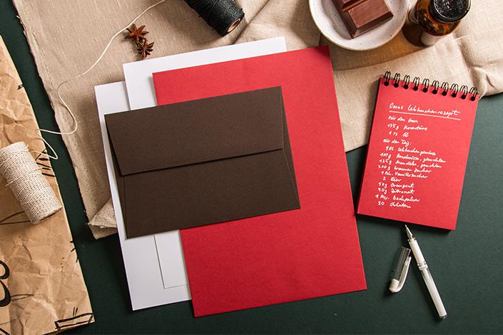 Flatlay Foto einer Papeterie mit Colorplan Bitter Chocolate und Colorplan Scarlet. Dazu ein Lebkuchenrezept von Oma