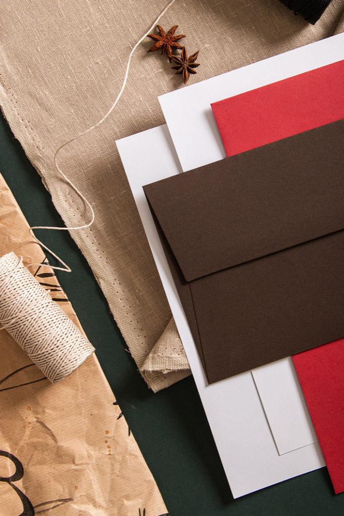 Schräge Detailansicht der Papiere und Birefhülle für die Farbpalette Lebkuchen