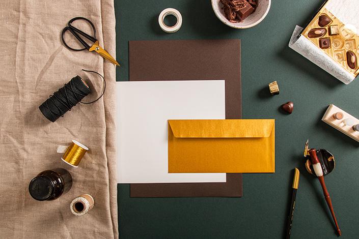 Papiermix aus Colorplan Bitter Chocolate, Leinenpapier und einer goldenen DIN lang Hülle