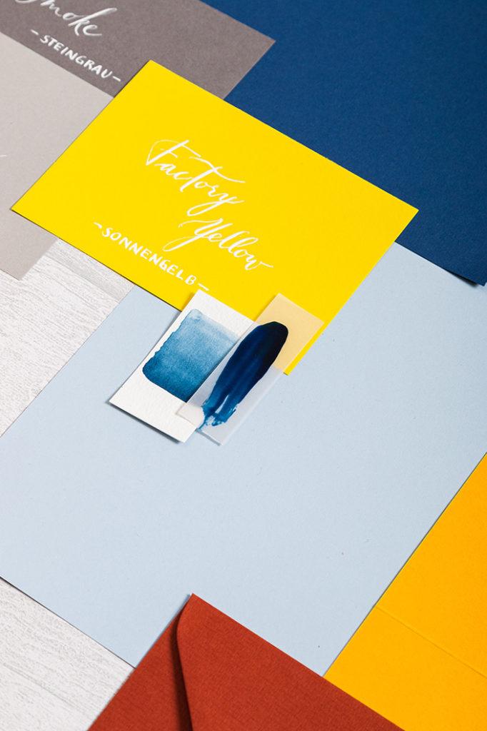 Detailaufnahme der Papierkombination von Hellblau und Colorplan Factory Yellow