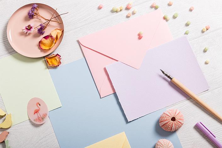 Detail der rosa Colorplan Hülle aus dem Flatlay der Hot Colors Hellbau Farbpalette