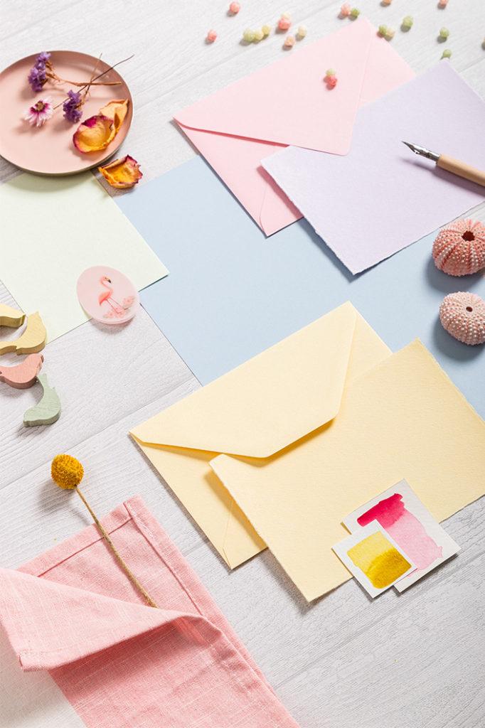 Hochformatfoto der Farbpalette einer Papierkombination um Hot Colors Hellblau