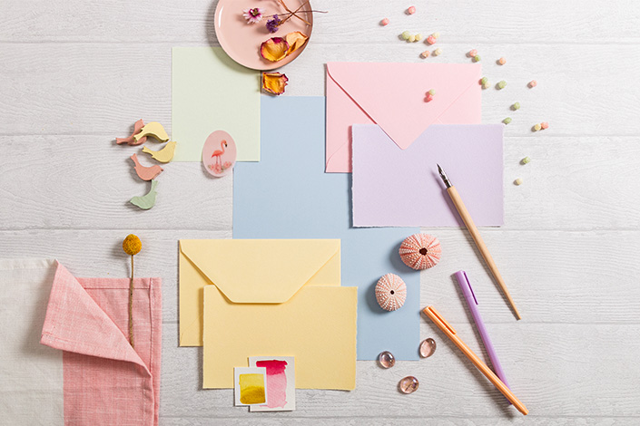 Flatlay eines Papiermix in frühlingshafter Farbpalette