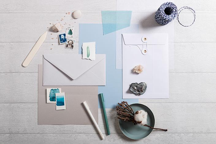 Flatlay einer Papierzusammenstellung rund um Hot Colors Hellblau.