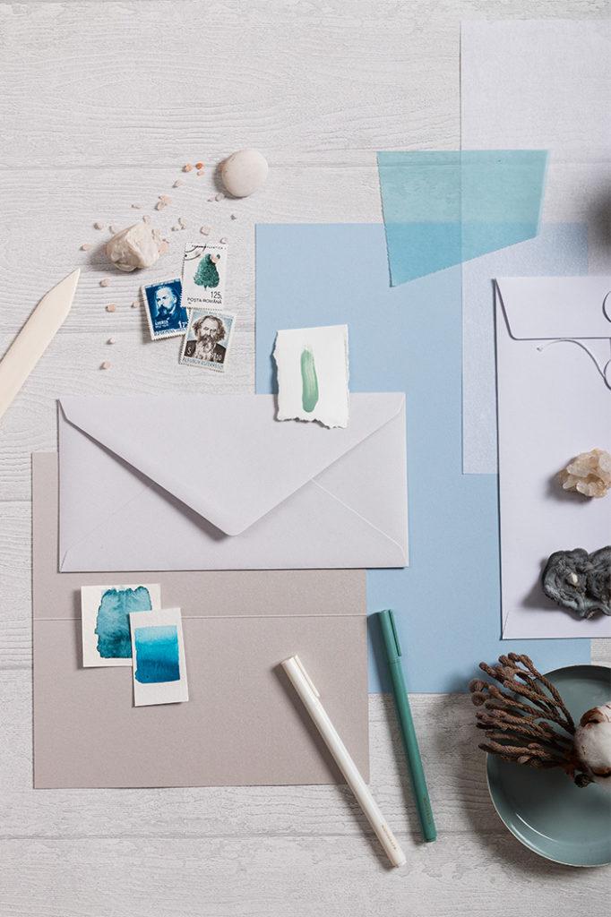 Hochformat Flatlay einer Papierzusammenstellung rund um Hot Colors Hellblau.