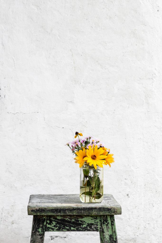 Moodbild Farbe des Jahres 2021: Stilleben mit Blumenvase