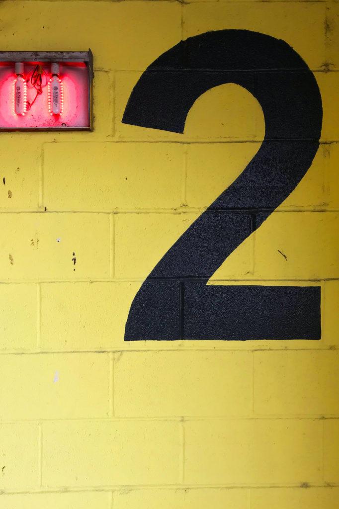 Moodbild Farbe des Jahres 2021: Gelbe Steinwand mit Etagennummer