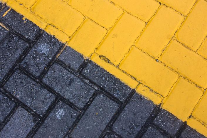 Moodbild Farbe des Jahres 2021: Zweifarbige Pflastersteine in Grau und Gelb