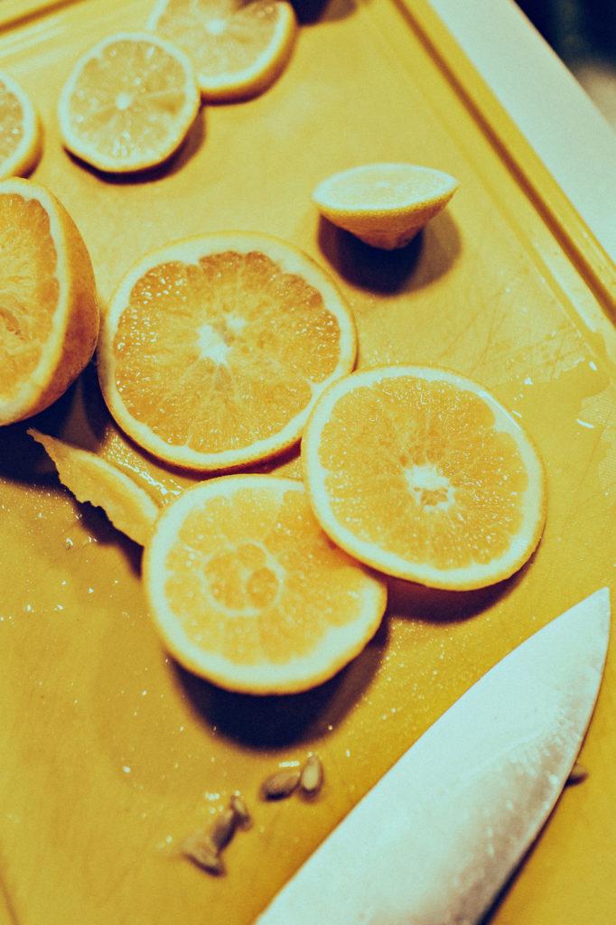 Moodbild Farbe des Jahres 2021: geschnittene Zitronen auf gelbem Schneidbrett