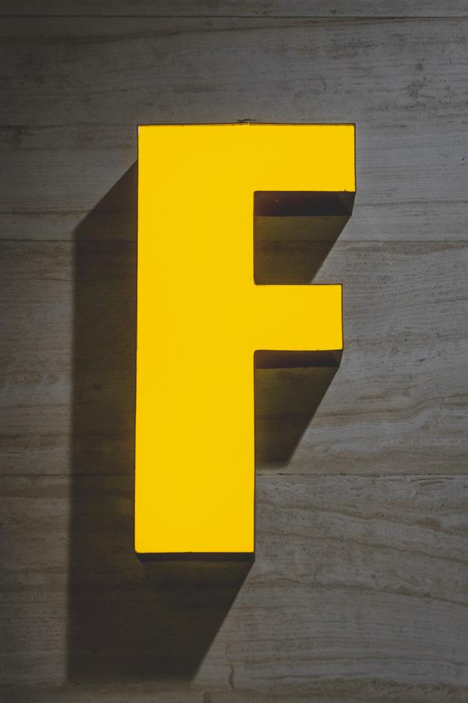 Moodbild Farbe des Jahres 2021: gelber Leuchtbuchstabe F