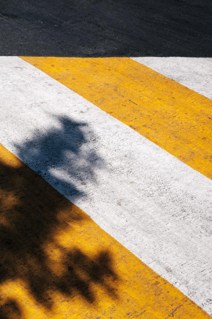 Moodbild Farbe des Jahres 2021: gelb-weiß gestreifte Bodenmarkierung