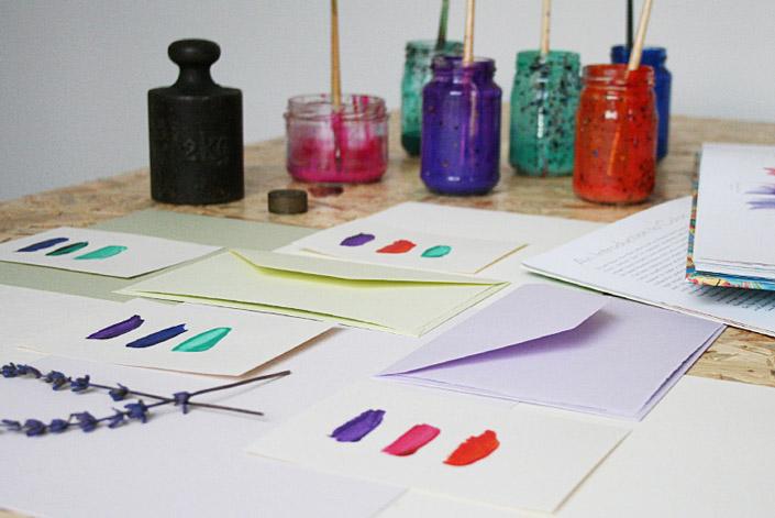 Auswahl von Papieren und Farben in Farbpaletten vor dem Marmorieren