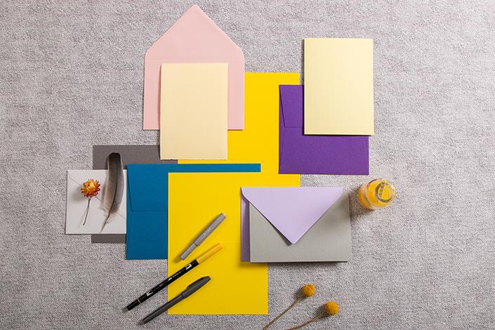 Papiere, Karten und Briefumschläge