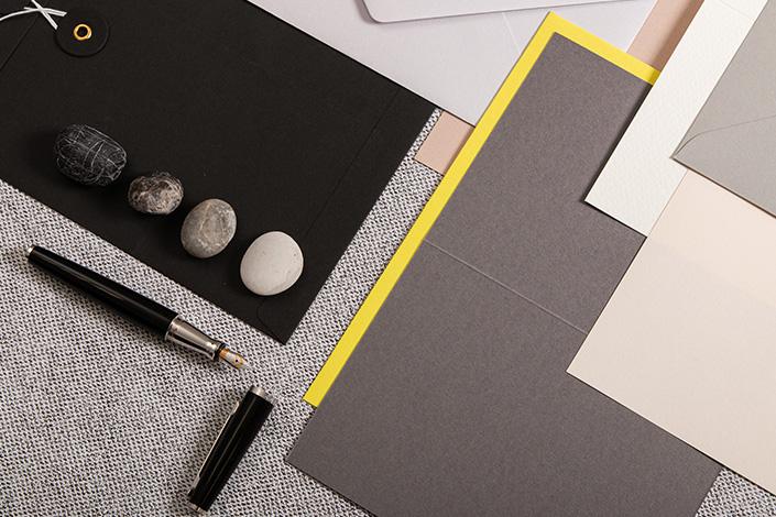 Papier Auswahl zur Farbe des Jahres 2021 Ultimate Gray