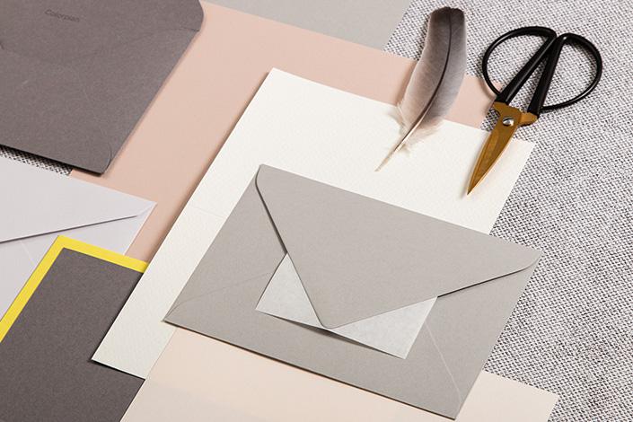 Kuverts und Papiere in gedeckten Nuancen zu Ultimate Gray