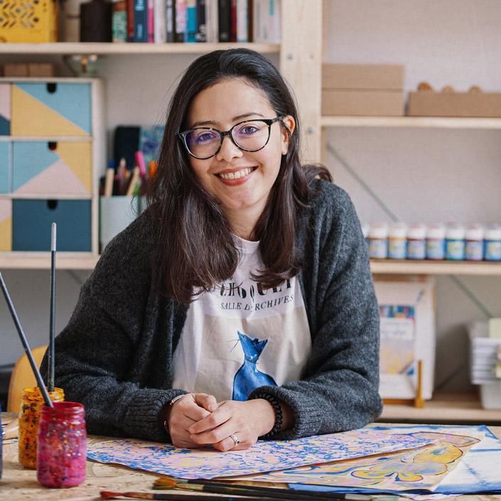 Portrait von Karen Fernandez Ruiz. Im Papier Direkt Blog erklärt sie, wie man poapier selbst marmorieren kann.