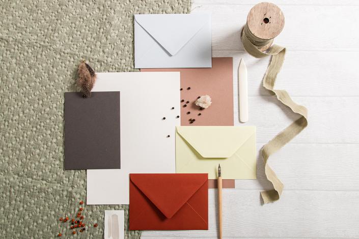 Flatlay der Papiere zur Farbpalette rund um Büttenkarten in der Farbe Echt Bütten Green Tea