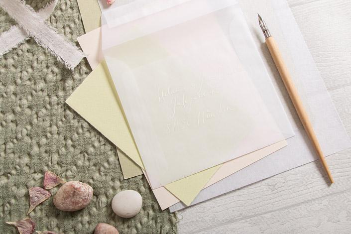 Quadratische Transparent Premium Umschläge begleiten die Green Tea Farbpalette hier im Bild.