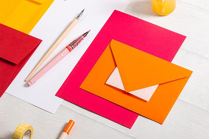 Colorplan Kuverts und Papier in den Farben Mandarin und Hot Pink