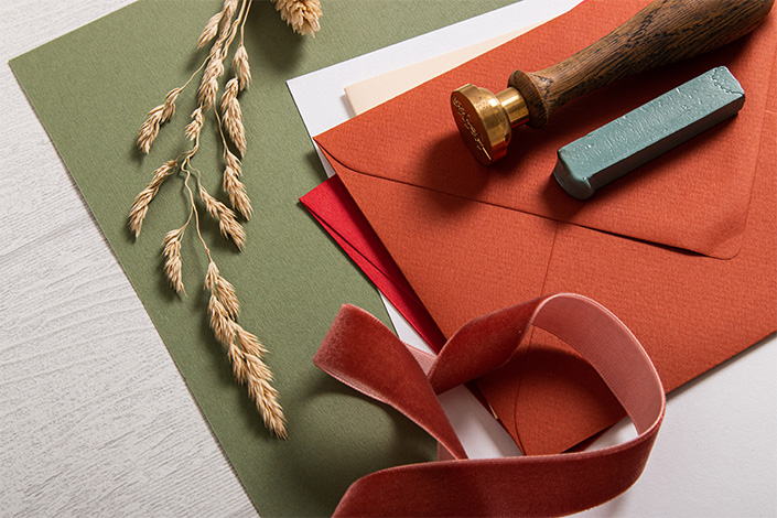 Herbstliche Farbpalette für Papeterie mit roten Akzenten