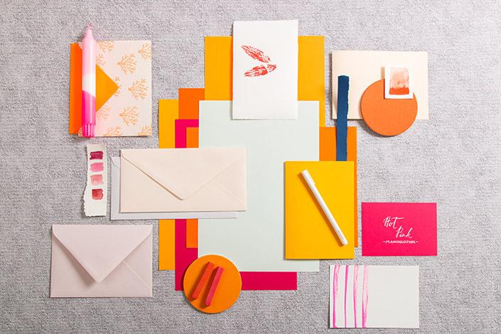Papiere, Karten und Briefumschläge in fruchtigen Farben zum Trend 2021