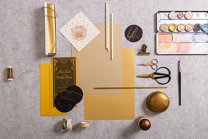 Materialtrend Gold mit Papieren, Farben und Washi Tapes