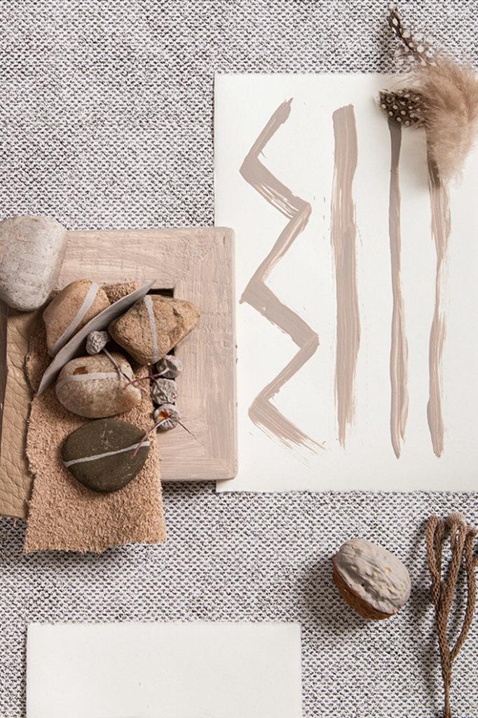 Büttenkarte handbemalt mit Deko aus Steinen, Nüssen und Federn