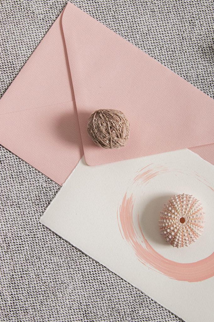Rosa Briefumschlag mit rosa bemalter Büttenkarte