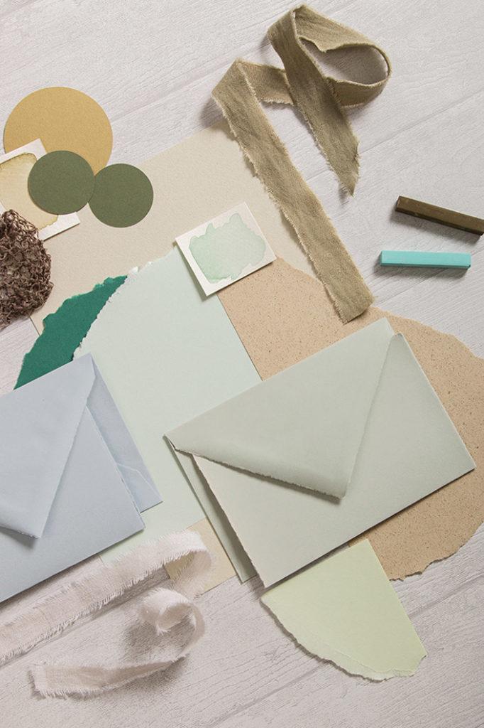 Büttenkarten und Umschläge mit verschieden Papieren und Naturmaterialien