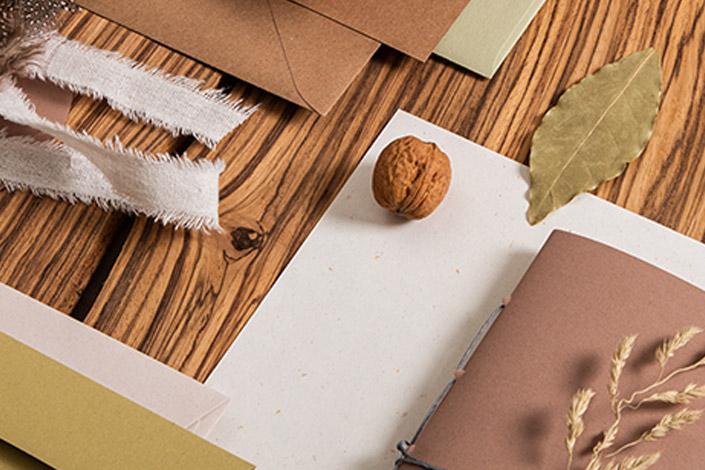 Detail mit verschiedenen Naturpapieren