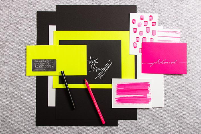 Neonpapiere in Gelb und Pink mit schwarzem Fotokarton
