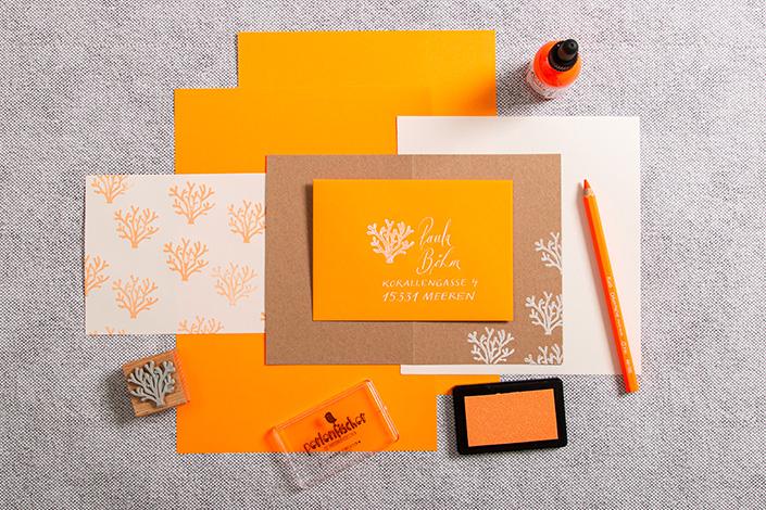Neonpapiere in Orange als Papeterie mit Kraftpapier