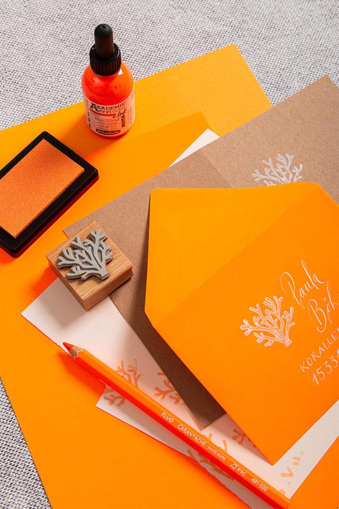 Papeterie mit Neonpapier und Kraftpapier mit gestempelten Motiven