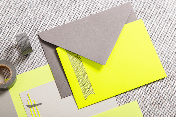 Graue und neongelbe Briefumschläge
