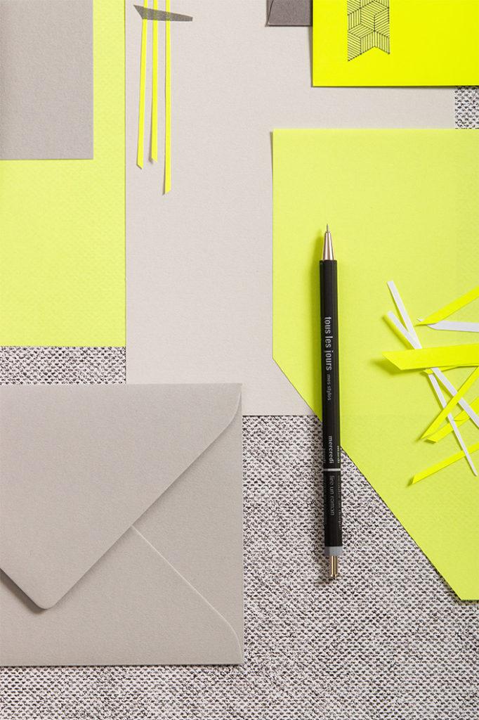 Ultimate Gray mit gelbem Neonpapier