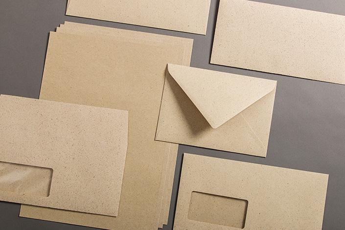 Papiere und Briefumschläge aus Graspapier