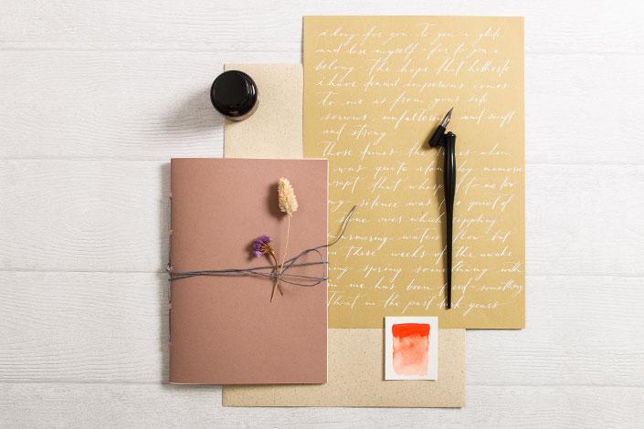 Graspapier in Kombination mit Papieren aus der Serie Crush