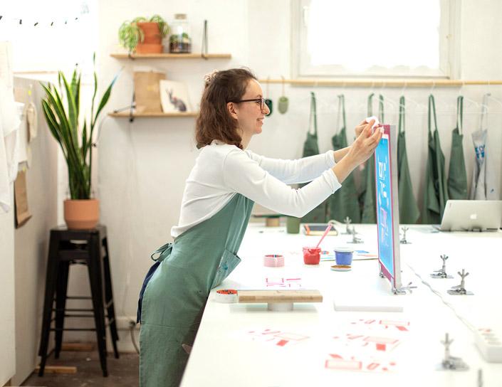 Nina Egli in ihrem Siebdruck Atelier