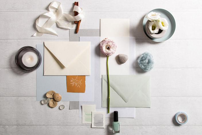 Papeterie in Winter Color Palette mit Weiß, Grau und hellem Blau