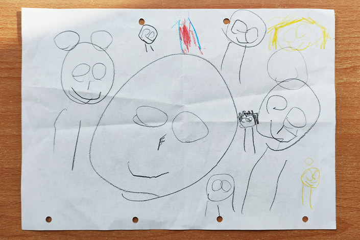 Kinderzeichnung von Kopffüßlern auf weißem Papier zum Weltkindermaltag