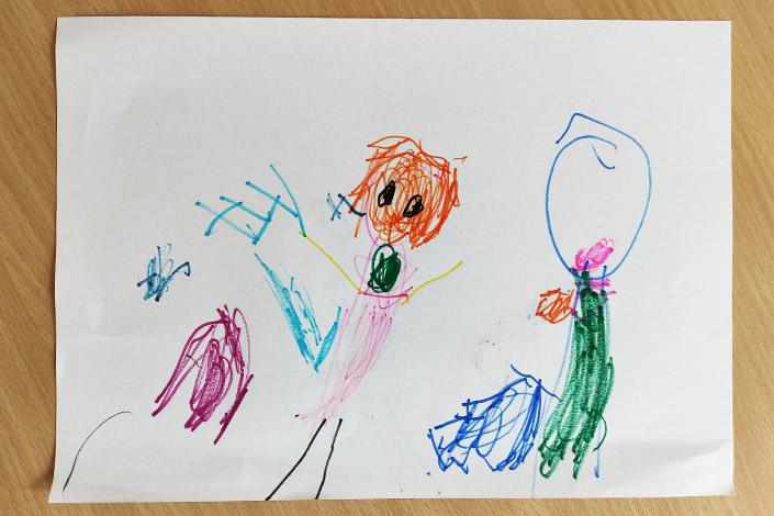 Kinderzeichnung aus der Vorschemaphase mit mehreren Figuren.