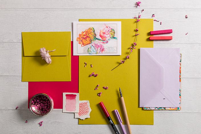Flatlay der Papeterie rund um Colorplan Kiwigrün im Frühling