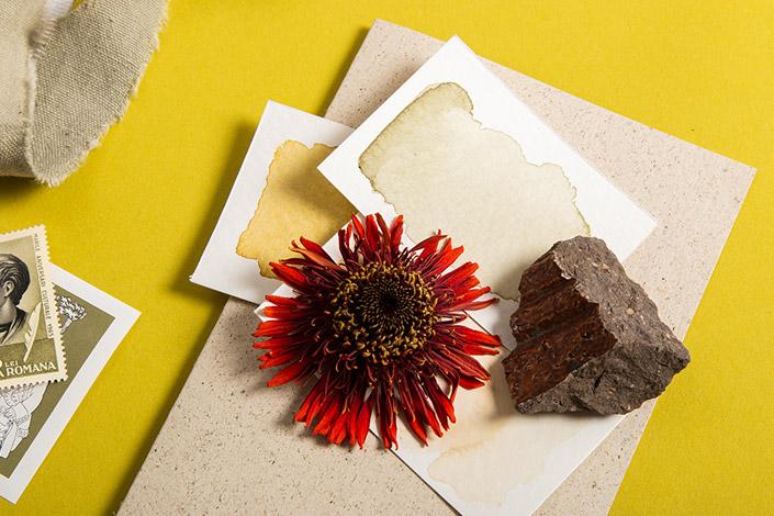 Detailansicht der Papeterie mit Graspapier und getrockneter Blume